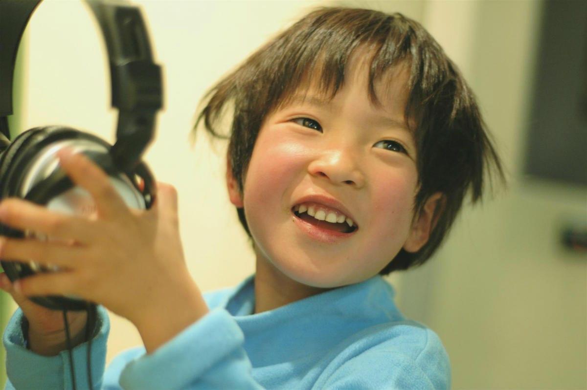Child with headphones. cotaro70s, Flickr CC.