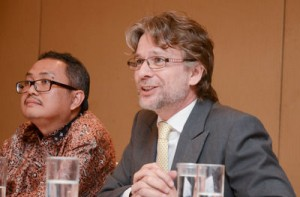 Photo: L-R, Professor Paripurna Sugarda, Dean, Faculty of Law, Universtas Gadjah Mada and Anthony Gill, Senior Country Specialist, Asian Development Bank, Indonesia during the round table.