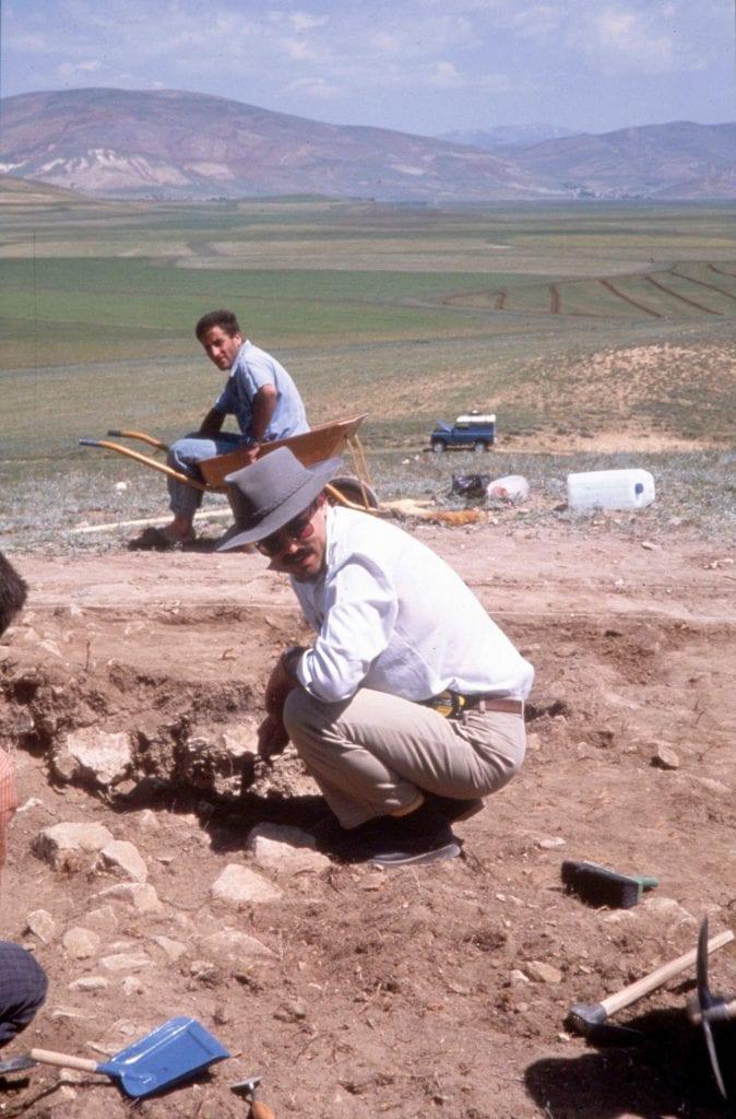 ony Sagona with a local worker during first season of excavations at Büyüktepe Höyuk, Turkey, 1990. Photograph courtesy Claudia Sagona